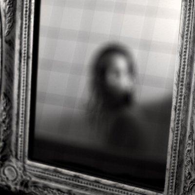 ... entra e si guarda allo specchio perchè vi guardate allo specchio